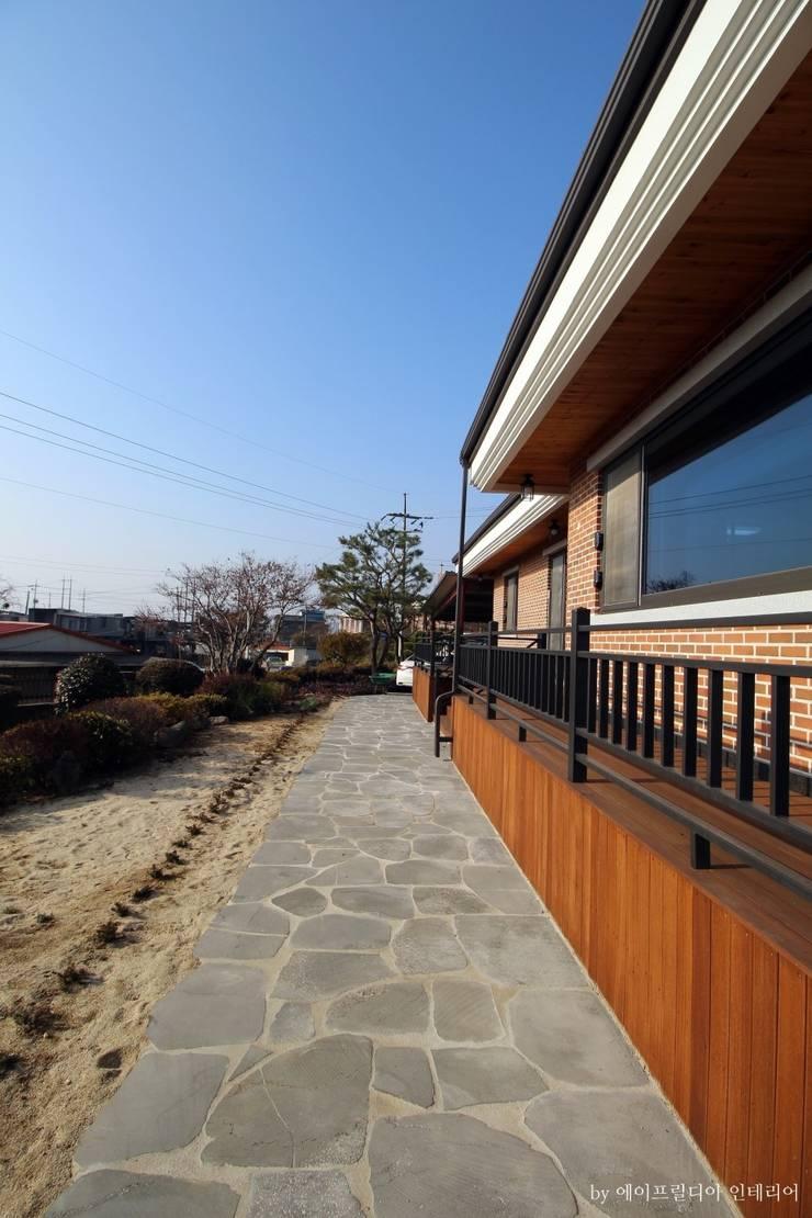 부여 석동리 전원주택 / Exterior: 에이프릴디아의  전원 주택,컨트리