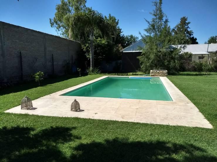 PISCINA: Piletas de jardín de estilo  por ECOS DE SOL (Ingeniería y Construcción),