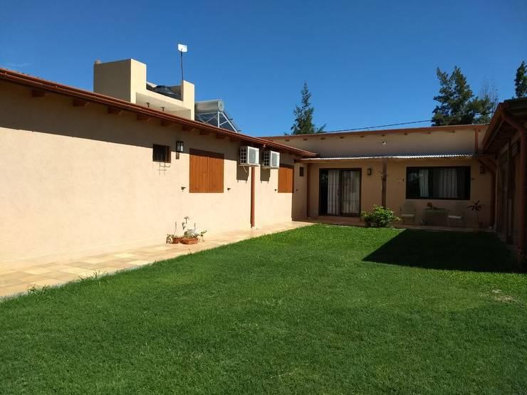 PATIO: Casas unifamiliares de estilo  por ECOS DE SOL (Ingeniería y Construcción),