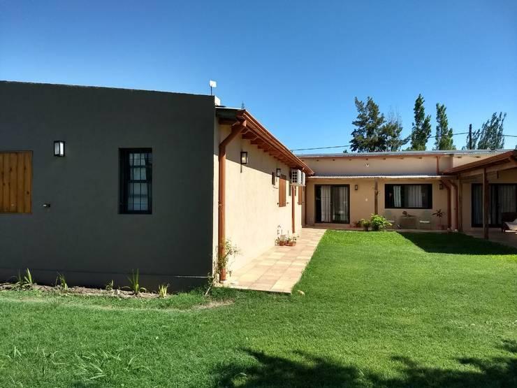 CASA HOSTAL DEL SOL: Casas unifamiliares de estilo  por ECOS DE SOL (Ingeniería y Construcción),