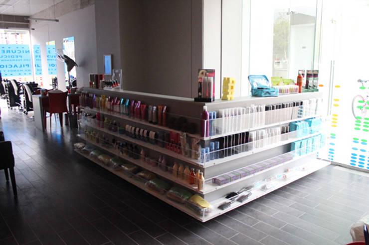 vitrina y mueble atención: Oficinas y tiendas de estilo  por IDEAfactory