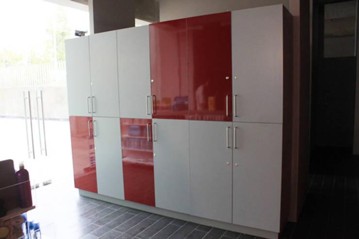 lockers: Vestidores y closets de estilo  por IDEAfactory