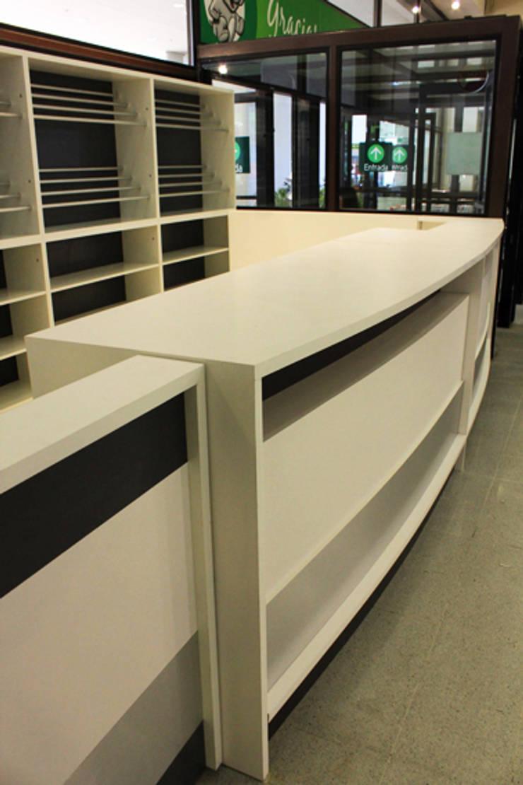 Servicio al cliente: Oficinas y tiendas de estilo  por IDEAfactory