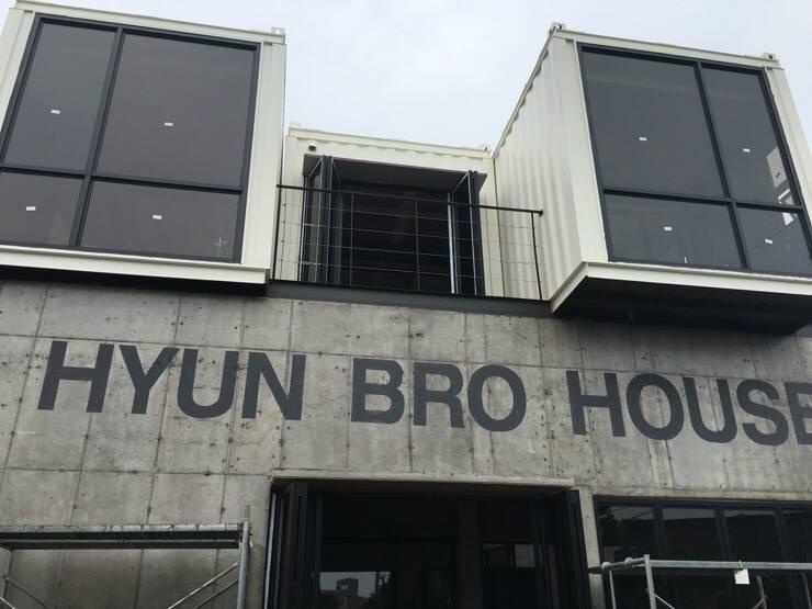 제주도 건물외관벽화 타이포그라피: 디자인브라더스의  테라스 주택,모던 철근 콘크리트