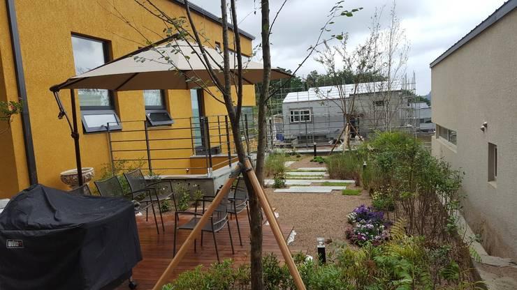 주택정원 - 경기도 고기동 타운하우스 정원 프로젝트: (주)더숲의  앞마당,모던