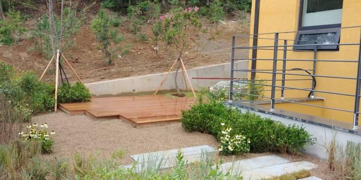 주택정원 – 경기도 고기동 타운하우스 정원 프로젝트: (주)더숲의  앞마당,모던