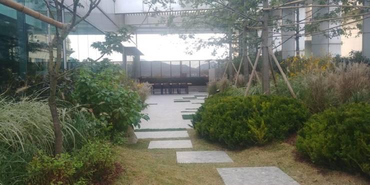 상업정원_서울시 종로구 수송타워 옥상 정원 프로젝트: (주)더숲의  상업 공간,