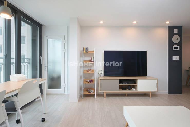 Ruang Keluarga oleh 이즈홈, Modern