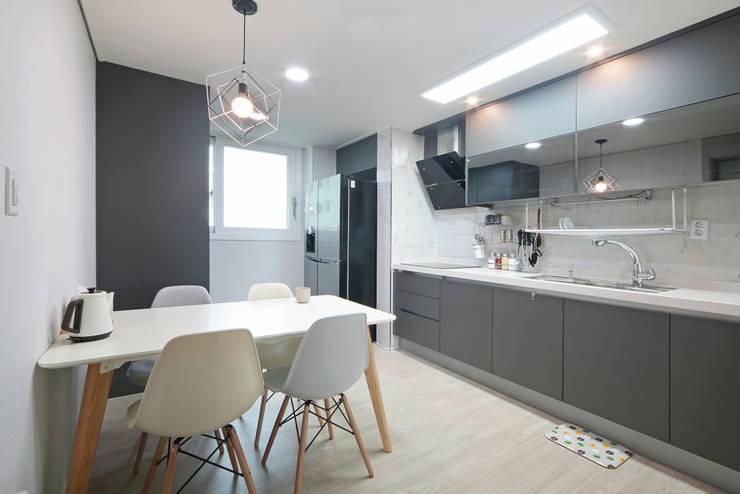 Ruang Makan oleh 이즈홈, Modern