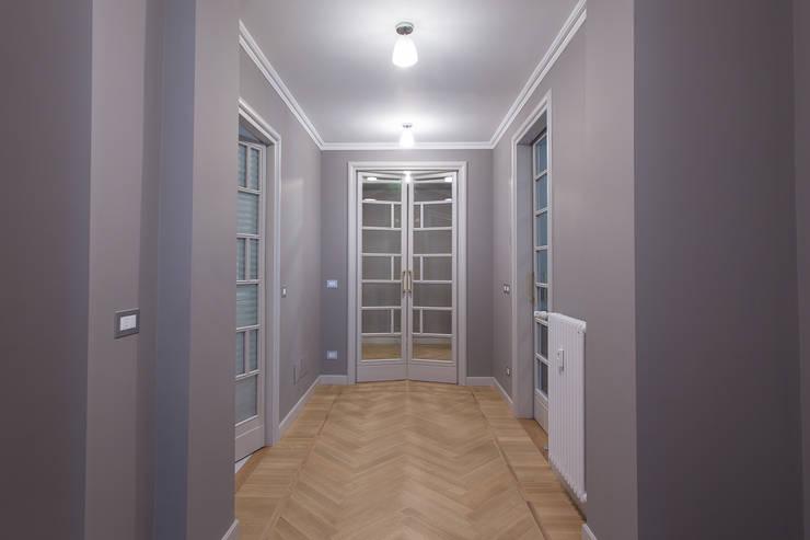 Casa U+M: '800 reloaded: Ingresso & Corridoio in stile  di Architetto Francesco Franchini