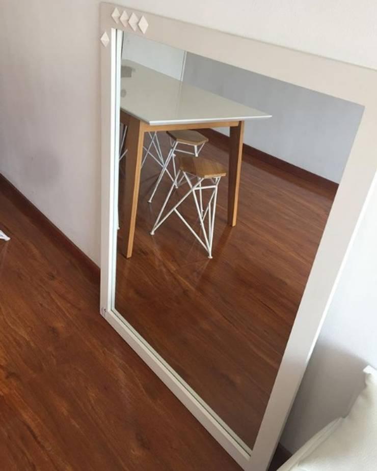 Mobiliario e interiorismo : Salas de estilo  por Felipe Lara &  Cía