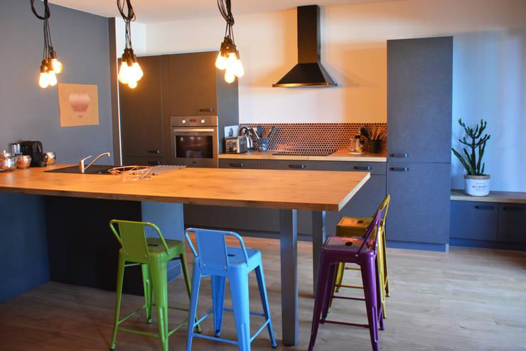 Décoration d'un appartement neuf à Lyon: Cuisine intégrée de style  par Koya Architecture Intérieure