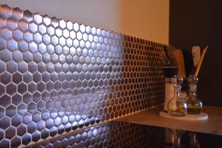 Décoration d'un appartement neuf à Lyon: Éléments de cuisine de style  par Koya Architecture Intérieure