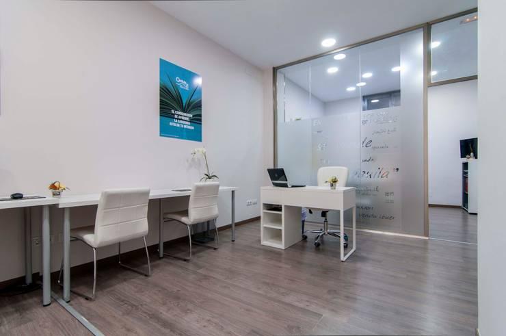 Feng Shui Century 21 Dux: Oficinas y Tiendas de estilo  por BCN Feng Shui ,