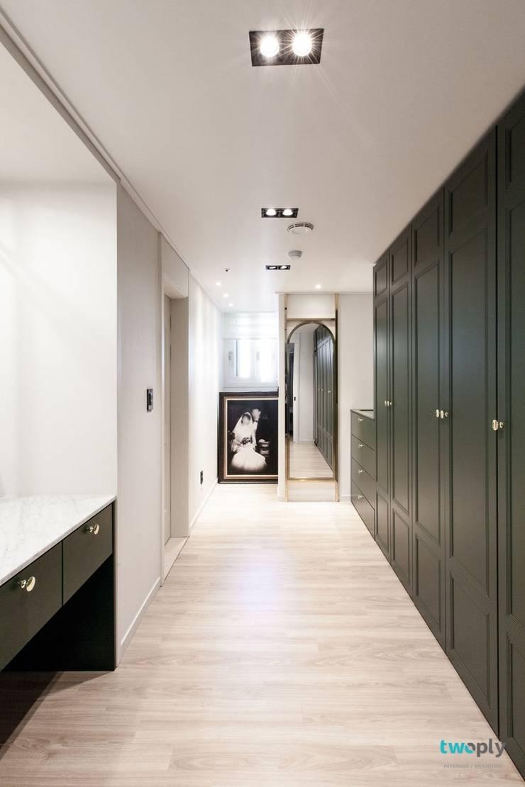 익산인테리어 익산 포스코 더샵 40평대 아파트인테리어 by 디자인투플라이: 디자인투플라이의  드레스 룸,
