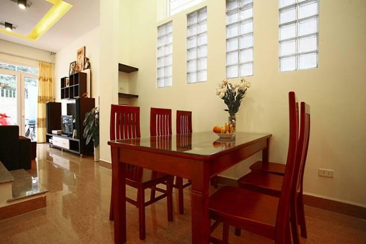 Thiết Kế Nhà Ống 3 Tầng Có Vườn Rau Trên Sân Thượng:  Phòng ăn by Công ty TNHH Xây Dựng TM – DV Song Phát