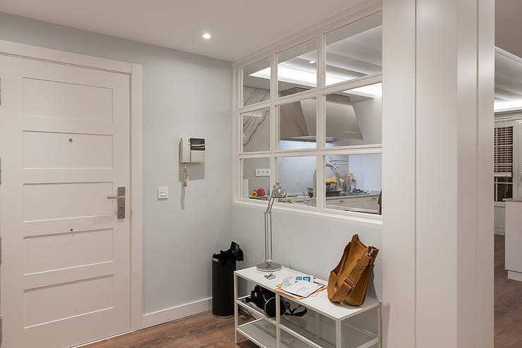Corredores e halls de entrada  por Gumuzio&PRADA diseño e interiorismo