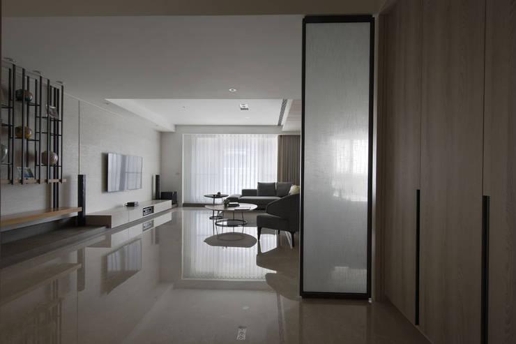 <大樓-3+1房2廳>度假感住宅 貼心三代機能需求:  客廳 by 夏川空間設計工作室