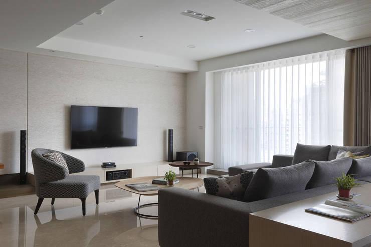 <大樓-3+1房2廳>度假感住宅 貼心三代機能需求:  地板 by 夏川空間設計工作室
