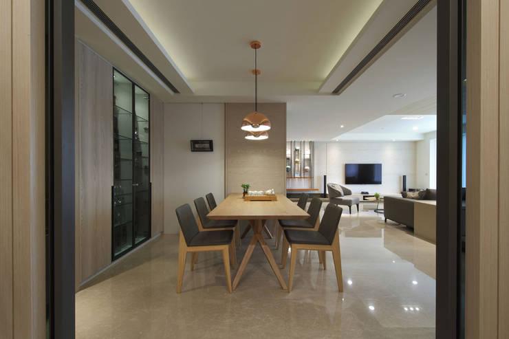 <大樓-3+1房2廳>度假感住宅 貼心三代機能需求:  餐廳 by 夏川空間設計工作室