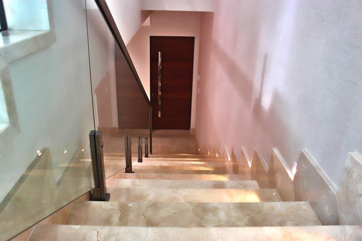 Retrofit Residencial: Escadas  por canatelli arquitetura e design