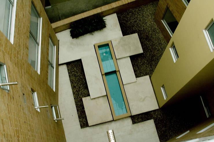 Eificio C57-Zonas comunes: Jardines de estilo  por RIVAL Arquitectos  S.A.S.