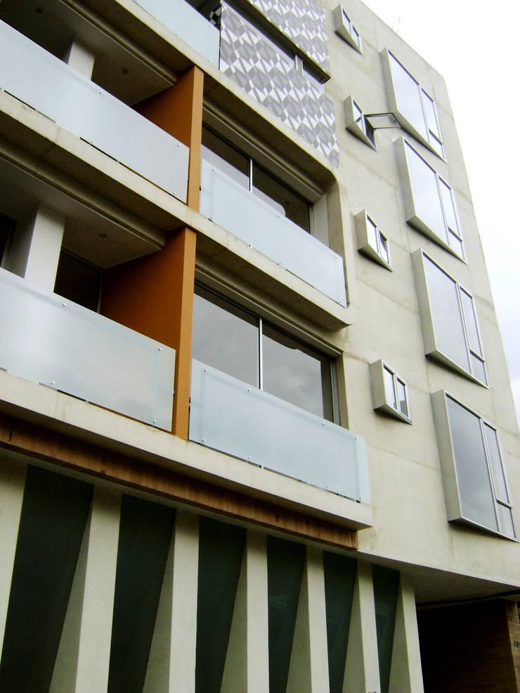 C60-DETALLE FACHADA: Casas de estilo  por RIVAL Arquitectos  S.A.S.