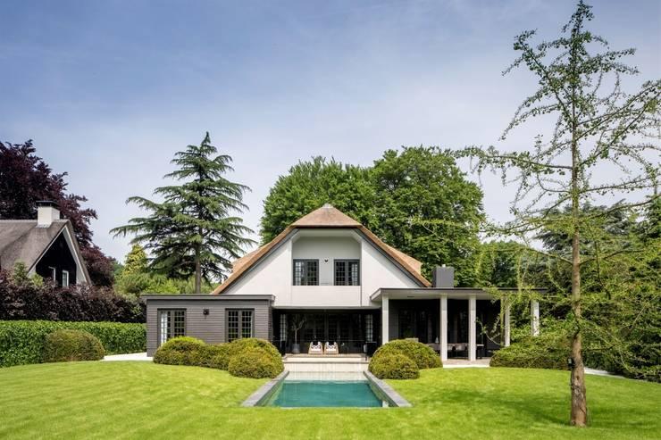 bosvilla  //  Blaricum:  Villa door Studio FLORIS, Landelijk