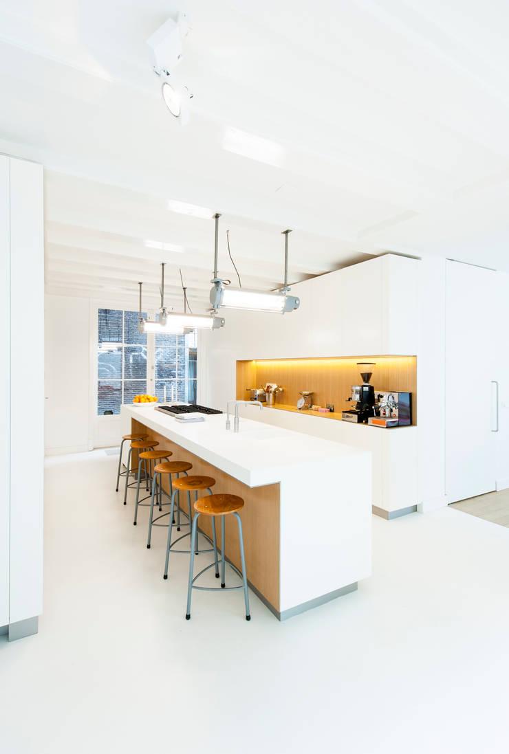Woonhuis Prinsengracht:  Keukenblokken door Bas Vogelpoel Architecten