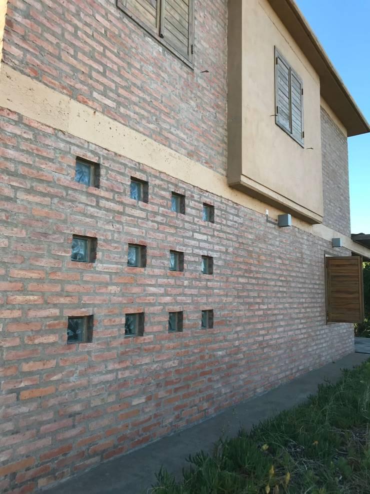 Single family home by Inca Arquitectura, Rustic Bricks
