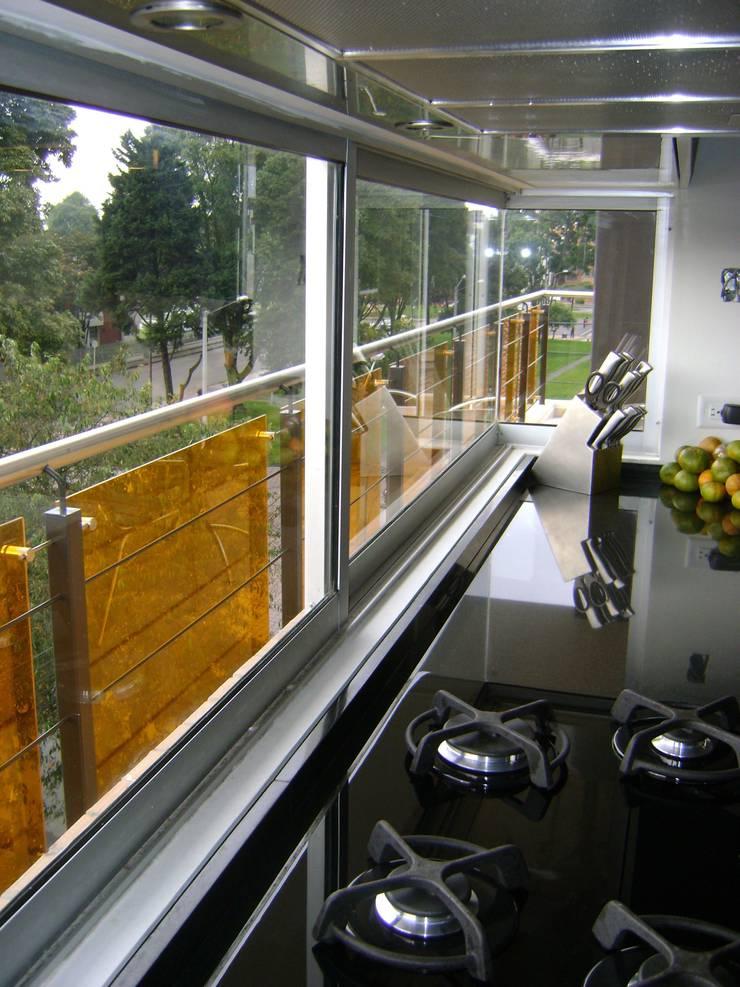 Pent House  RuizPerez-Cocina: Cocinas de estilo  por RIVAL Arquitectos  S.A.S.