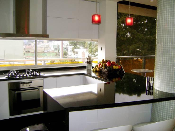 Pent House  RuizPerez-Cocina: Cocinas integrales de estilo  por RIVAL Arquitectos  S.A.S.