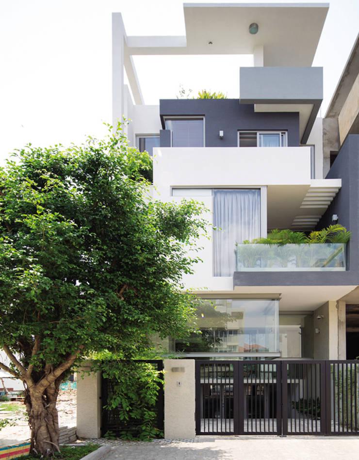 Không gian của ngôi nhà được thiết kế theo định hướng phong cách tối giản.:  Nhà gia đình by Công ty TNHH Thiết Kế Xây Dựng Song Phát