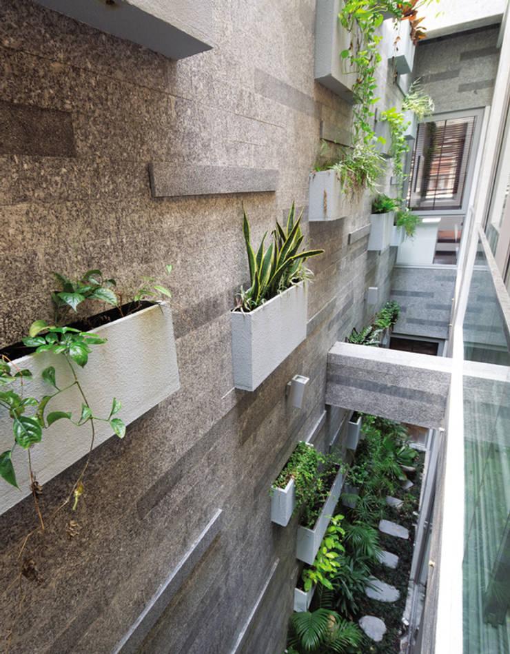 Khu vườn độc đáo bên trong nhà phố 4 tầng tại quận 7.:  Vườn đá by Công ty TNHH Thiết Kế Xây Dựng Song Phát