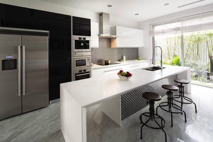 Gam màu trắng mang đến không gian hiện đại.:  Nhà bếp by Công ty TNHH Thiết Kế Xây Dựng Song Phát