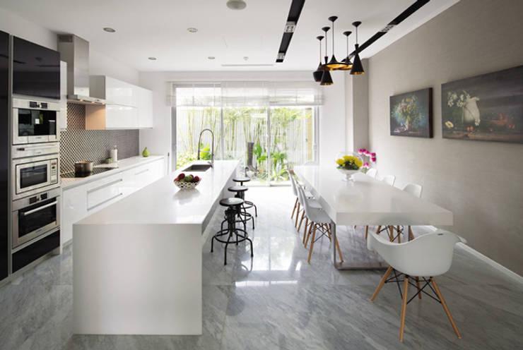 Một khu vườn đẹp kết hợp với căn bếp tiện nghi sang trọng.:  Phòng ăn by Công ty TNHH Thiết Kế Xây Dựng Song Phát