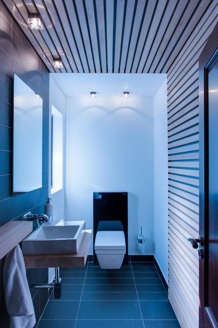 Guest WC:  Bathroom by JBA Architects