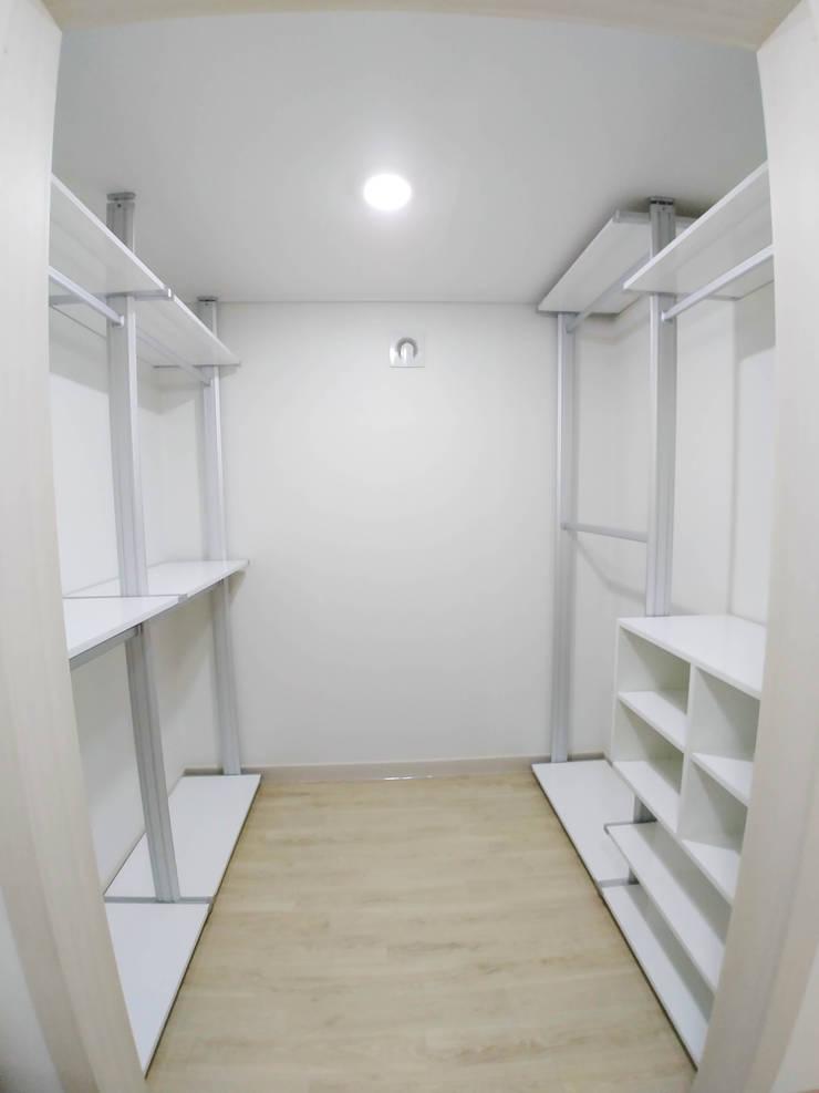 고창 동리로 단독주택 리모델링: 더하우스 인테리어의  드레스 룸
