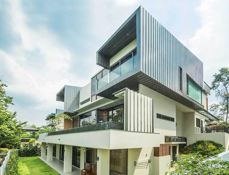Exterior rear facade:  Houses by MJKanny Architect