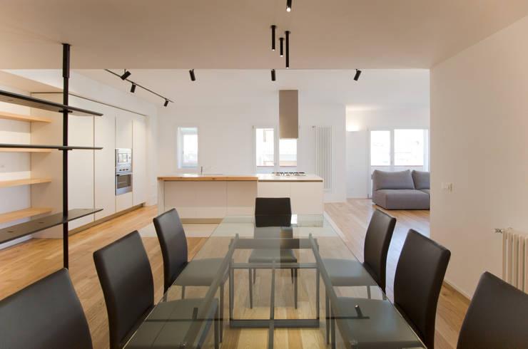La zona Pranzo: Sala da pranzo in stile  di GD Architetture