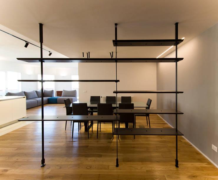 La libreria passante: Sala da pranzo in stile  di GD Architetture