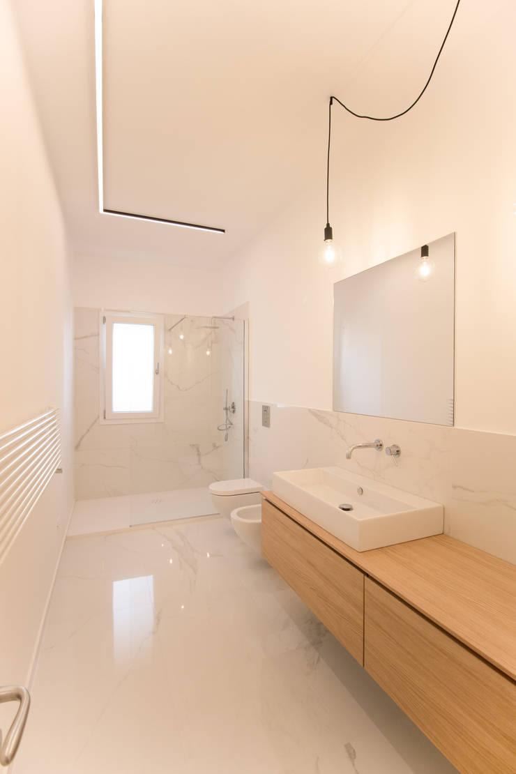 Il bagno padronale dall'ingresso: Bagno in stile  di GD Architetture