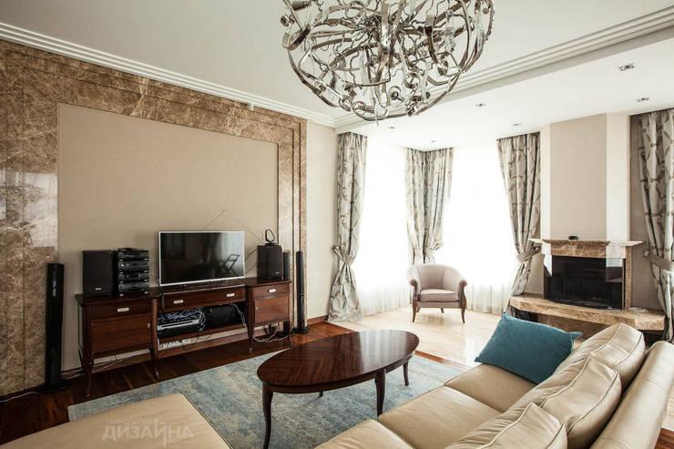 Гостиная в классическом стиле в коттедже Пестово Гостиная в классическом стиле от Технологии дизайна Классический