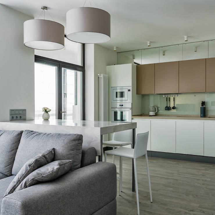 Кухня-гостиная-столовая:  в . Автор – Архитектурное бюро FACE-HOME