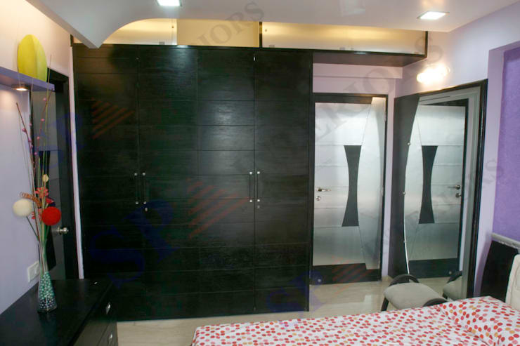 DR Rahul Hegde:  Dressing room by SP INTERIORS,Modern
