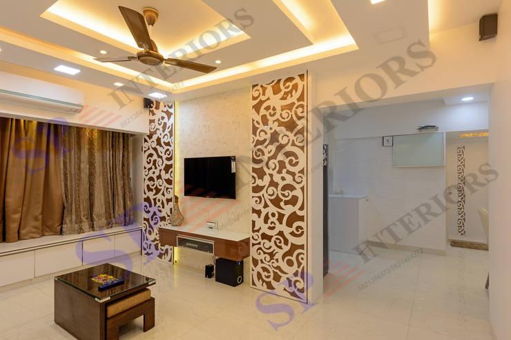 Rikin bhai:  Living room by SP INTERIORS