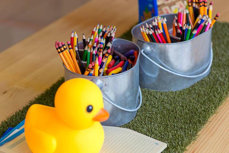 accesorios y colores : Habitaciones infantiles de estilo  por Maria Mentira Studio