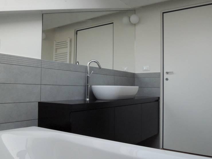 13FG Bagno moderno di Chantal Forzatti architetto Moderno
