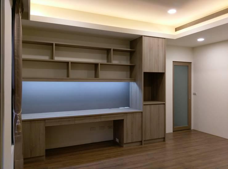 書桌櫃:  臥室 by 紅帥設計