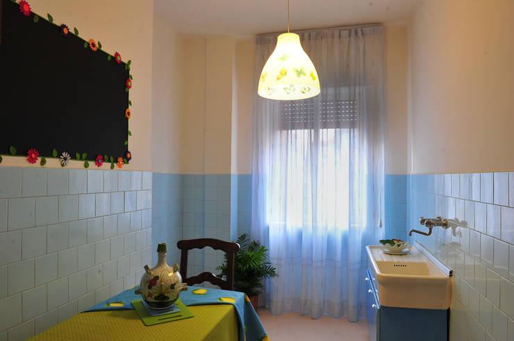 HomestagingCucina dopo: Cucina in stile  di Antonella Petrangeli